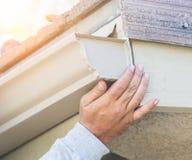 Travailleur attachant la gouttière en aluminium de pluie à la fasce de la Chambre photographie stock