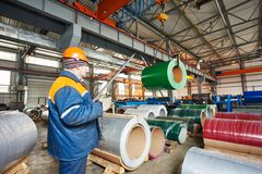 Travailleur au feuillard profilant l'usine Image libre de droits