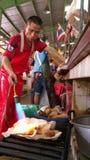 Travailleur au marché de Klong Toey, Bangkok, Thaïlande Photo libre de droits