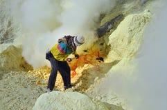 Travailleur au mien de soufre. Cratère de Kawah Ijen Photos stock