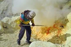 Travailleur au mien de soufre. Cratère de Kawah Ijen Images stock
