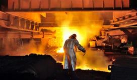 Travailleur avec de l'acier chaud Image stock