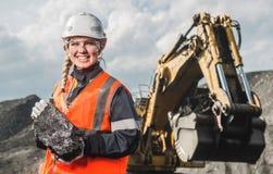 Travailleur avec du charbon dans les mains Images stock
