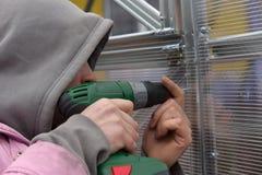 Travailleur avec l'arme à feu de vis Photo stock