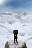Travailleur avec la position principale de carton sur la montagne Photos stock