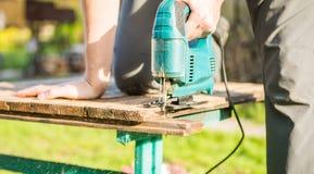 Travailleur avec la scie électrique de gabarit Photo libre de droits