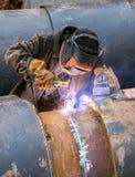 Travailleur avec le métal de soudure de masque protecteur avec des étincelles Photo stock
