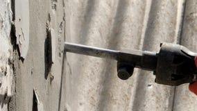 Travailleur avec le marteau de démolition cassant le mur intérieur banque de vidéos