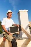 Travailleur avec le signe au chantier de construction Photo libre de droits