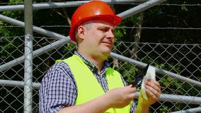 Travailleur avec les lunettes de soleil 2 d'un nettoyage de serviette banque de vidéos