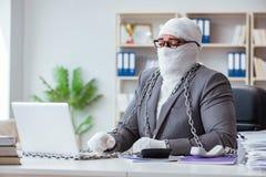 Travailleur bandé d'homme d'affaires travaillant dans le bureau faisant le paperwor Image libre de droits