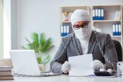 Travailleur bandé d'homme d'affaires travaillant dans le bureau faisant le paperwor Photographie stock libre de droits