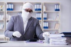 Travailleur bandé d'homme d'affaires travaillant dans le bureau faisant le paperwor Images stock