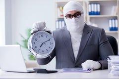 Travailleur bandé d'homme d'affaires travaillant dans le bureau faisant le paperwor Image stock
