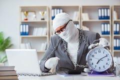 Travailleur bandé d'homme d'affaires travaillant dans le bureau faisant le paperwor Photos libres de droits