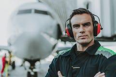 Travailleur beau sérieux ayant le travail dans l'aerodrom image libre de droits