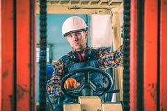 Travailleur caucasien de chariot élévateur images libres de droits