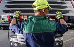 Travailleur caucasien de service de camion photographie stock