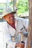 Travailleur cloué avec un plancher en bois de marteau Photographie stock