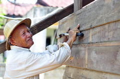 Travailleur cloué avec un plancher en bois de marteau Photo libre de droits