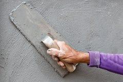 Travailleur concret de plâtrier au mur de la construction de maison Image stock