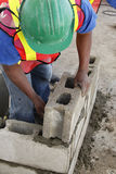 Travailleur construisant un mur Photo libre de droits
