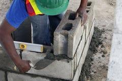 Travailleur construisant un mur Images libres de droits