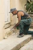 Travailleur cubain avec le marteau électrique La Havane de démolition Photos stock