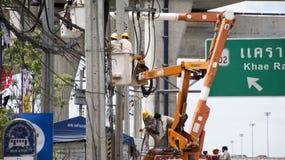 Travailleur d'électricien de système électrique fonctionnant de réparation d'autorité métropolitaine de l'électricité Photographie stock