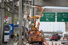 Travailleur d'électricien de système électrique fonctionnant de réparation d'autorité métropolitaine de l'électricité Image stock