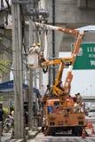 Travailleur d'électricien de système électrique fonctionnant de réparation d'autorité métropolitaine de l'électricité Photos stock