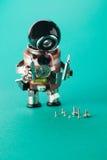 Travailleur d'électricien et différentes vis de taille Réparez le robot d'homme avec le tournevis Caractère de jouet d'amusement, Images libres de droits