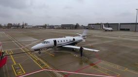 Travailleur d'aéroport enlevant la glace de l'aile de l'avion clips vidéos