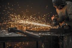 Travailleur d'acier à outils de perceuse d'étincelle images libres de droits