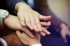 Travailleur d'affaires avec des mains ensemble Photo libre de droits