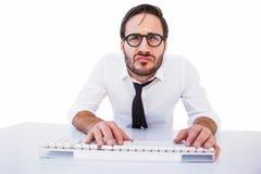 Travailleur d'affaires avec des verres de lecture sur l'ordinateur Image stock