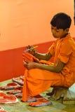 Travailleur d'enfant, devoir religieux gentil, Inde Image libre de droits
