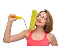 Travailleur d'entrepreneur de jeune femme avec le petit pain de pinceau de construction Image libre de droits