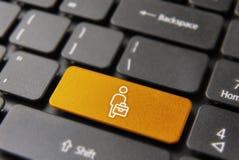 Travailleur d'homme d'affaires sur le bouton de clavier d'ordinateur Photo libre de droits
