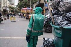 Travailleur d'hygiène dans l'uniforme avec des déchets photo libre de droits