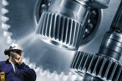 Travailleur d'industrie et grand machiney de vitesses Photos stock