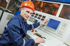 Travailleur d'ingénieur industriel au panneau de commande Photo stock