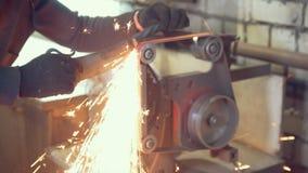 Travailleur dans l'atelier traitant des détails en métal banque de vidéos
