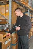 Travailleur dans l'entrepôt photos libres de droits