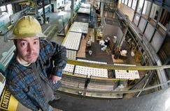 Travailleur dans l'entrepôt en verre Images stock