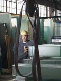 Travailleur dans l'entrepôt en verre Image stock