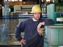 Travailleur dans l'entrepôt en verre Photographie stock