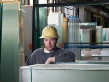 Travailleur dans l'entrepôt en verre Image libre de droits