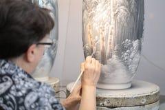 Travailleur dans l'usine impériale de porcelaine, St Petersburg, Russie photographie stock