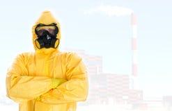 Travailleur dans le costume chimique protecteur. photographie stock